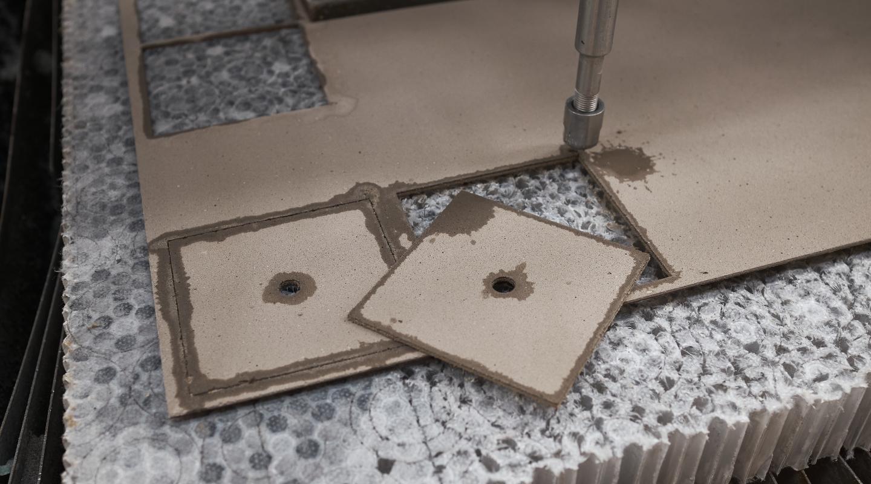 Taglio in waterjet di una lastra di Cimento